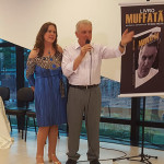 Ao lado da esposa Mail, Pedro Muffato fala aos presentes na abertura da noite de autógrafos - Fotos: Lauro Zanoni/Revista Diference