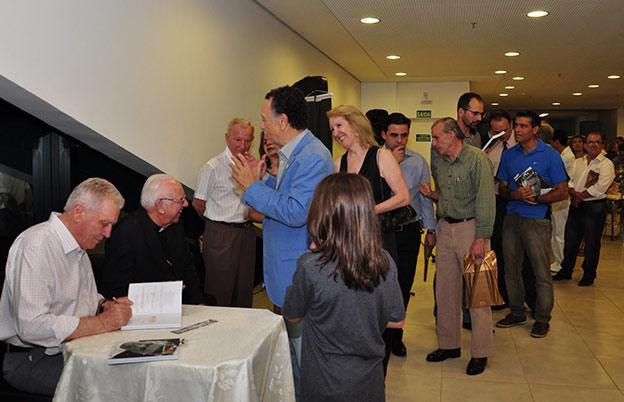O lançamento do livro reuniu centenas de convidados no Teatro Municipal Sefrin Filho
