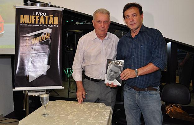 """Pedro Muffato com o jornalista Clovis Grelak, autor da biografia """"Muffatão"""""""