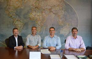Foto: Alexandre Gazzi, Alcides Braga, David Randon e Flavio Santilli na assinatura do contrato – Foto:  Divulgação/Arquivo Randon