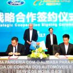 Jason Luo e Simon Hu assinam o acordo de intenções entre a Ford e o Alibaba Group, na presença de Jim Hackett e Daniel Zhang (ao fundo)