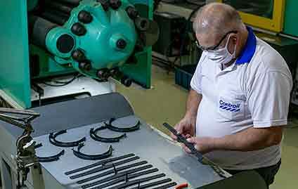 Randon fabrica e doa itens para protetores faciais